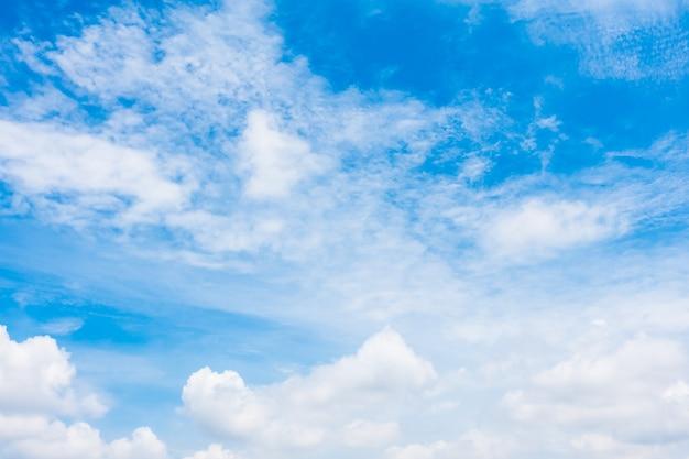 Nube blanca en el cielo azul
