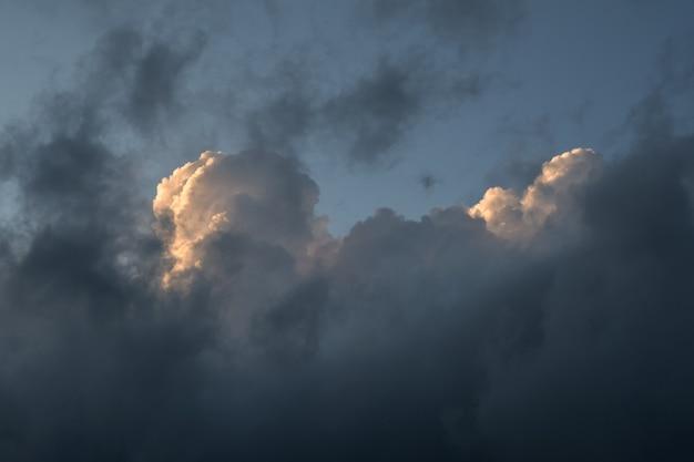 Nube blanca y cielo oscuro con textura de fondo.