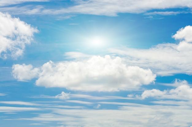 Nube blanca en el cielo