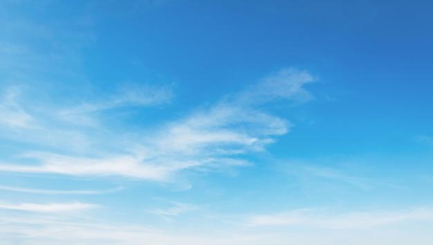Nube blanca con fondo de cielo azul