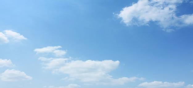 Nube blanca vacía en cielo azul