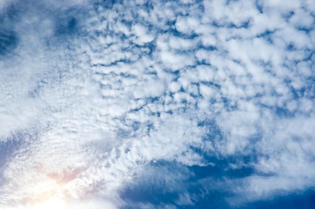 Nube un cielo azul con rayo de sol fondo natural
