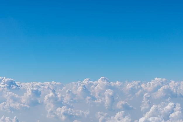 Nube en el cielo azul.