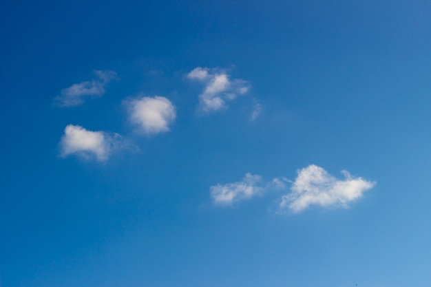 Nube en el cielo azul