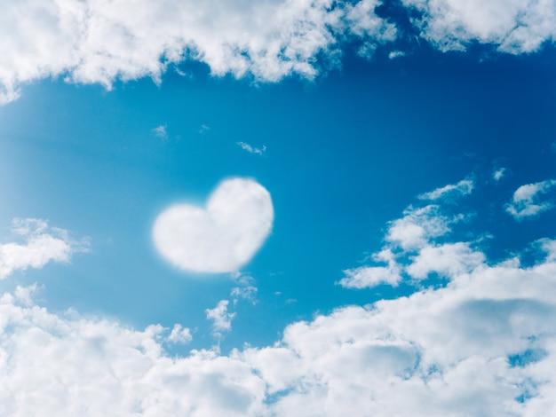 Nube en el cielo en forma de corazones.