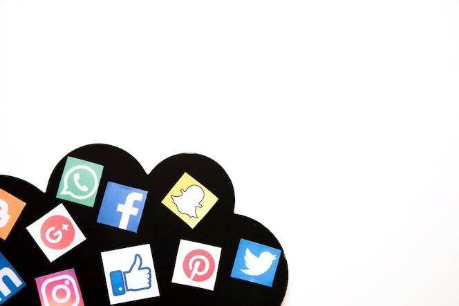 Nube con diferentes iconos de redes sociales sobre fondo blanco