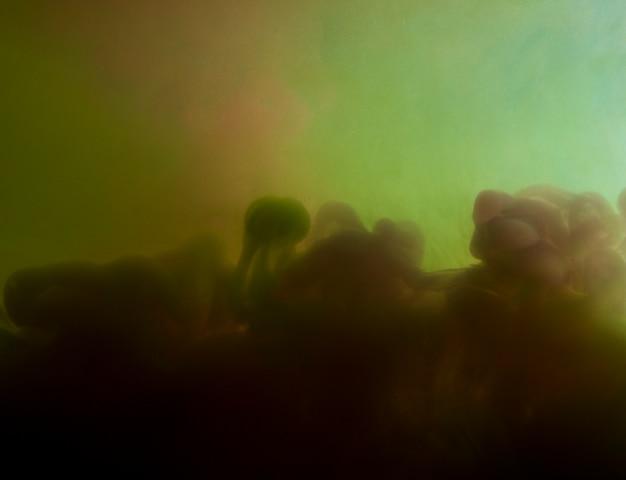 Nube densa abstracta entre humo verde