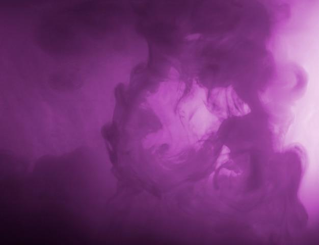Nube densa abstracta entre neblina púrpura