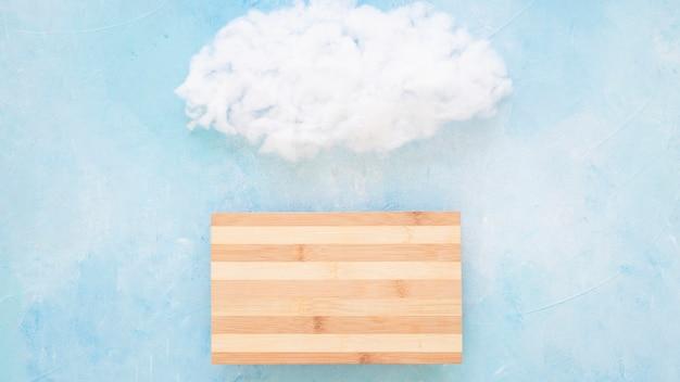 Nube esponjosa sobre la mesa de madera