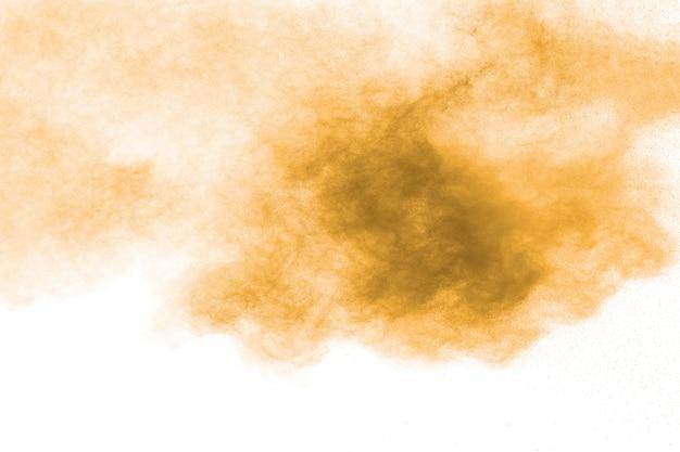Nube de explosión de polvo marrón. las partículas marrones salpican sobre fondo blanco.