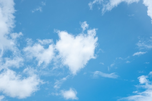 Nube de forma de corazón en el cielo azul claro