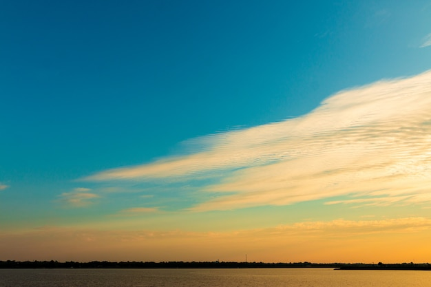 Nube de hermoso cielo dorado con puesta de sol. cielo hermoso .