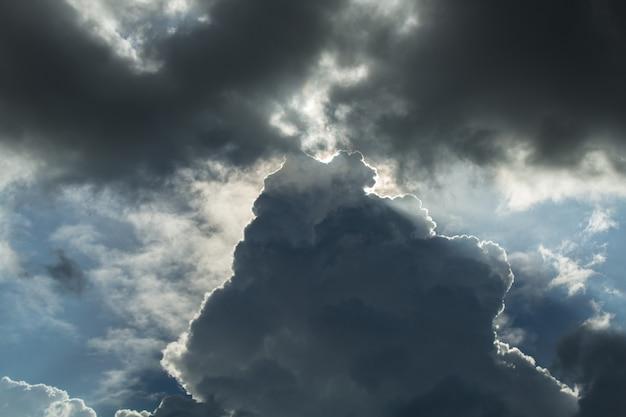 Nube oscura en el cielo durante el día.