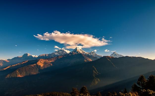 Nube sobre la cordillera sur del monte annapurna desde poonhill, nepal.