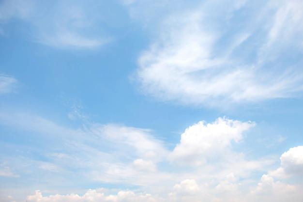 Nube suave con fondo de cielo azul