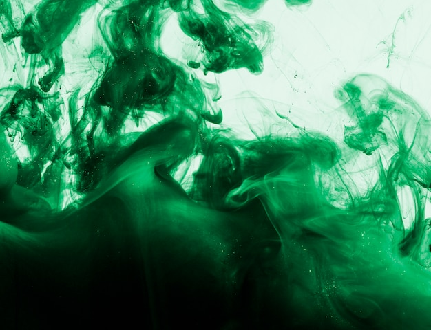 Nube verde brillante de pigmento en líquido.