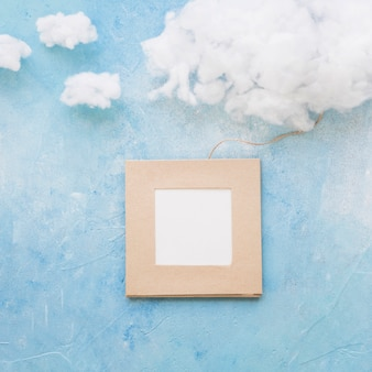 Nube y marco unidos con una cuerda