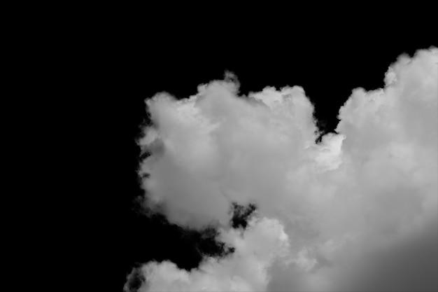 Nubes aisladas en fondo negro con el camino de recortes.