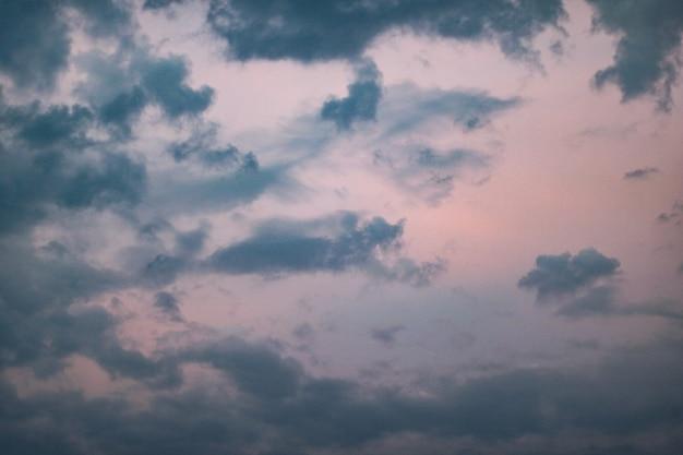 Nubes azul oscuro en un cielo rosa