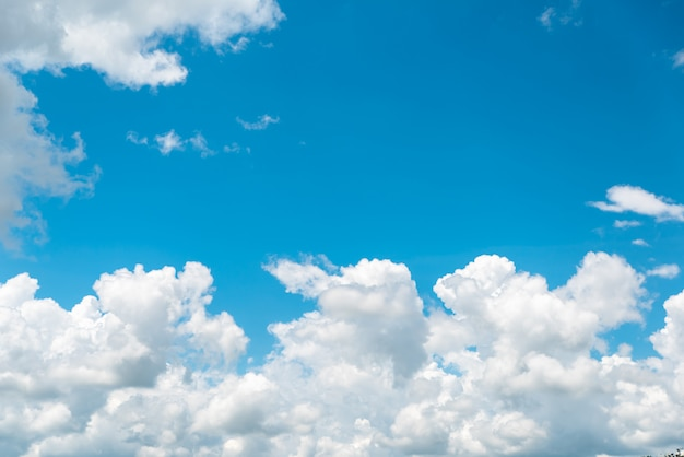 Nubes blancas y brillantes en el cielo azul