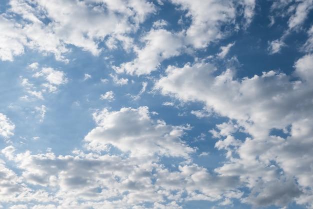 Nubes blancas en el cielo azul de verano