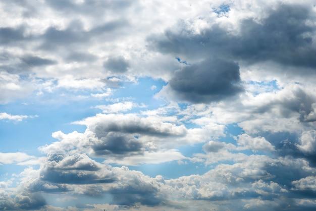 Nubes blancas corriendo sobre el cielo