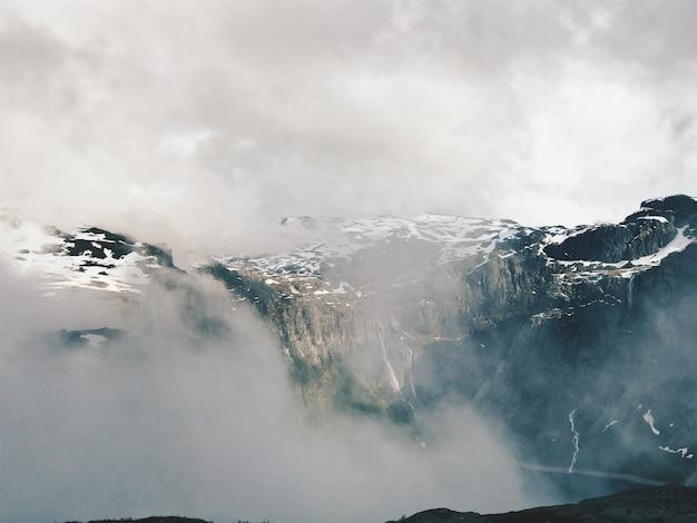 Las nubes blancas cubren magníficos fiordos de noruega