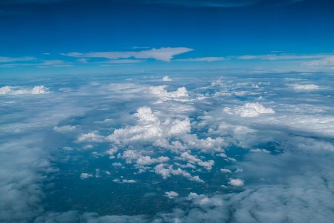 Nubes blancas en el cielo azul visto desde la ventana del avión.