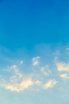 Nubes blancas en la imagen del cielo azul