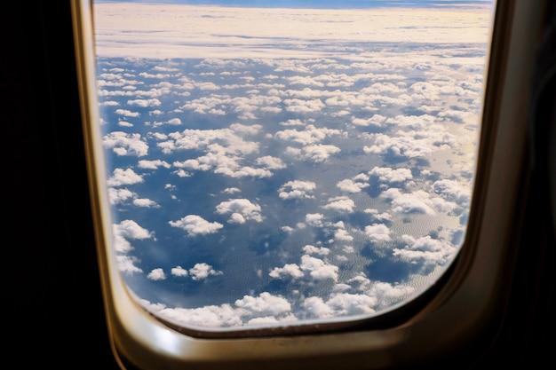 Nubes blancas mullidas y cielo azul del avión.