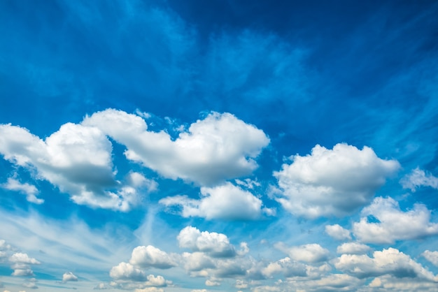 Nubes blancas mullidas en el cielo azul. fondo de la naturaleza