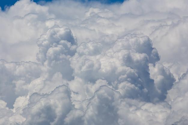 Nubes blancas mullidas en el fondo del cielo azul