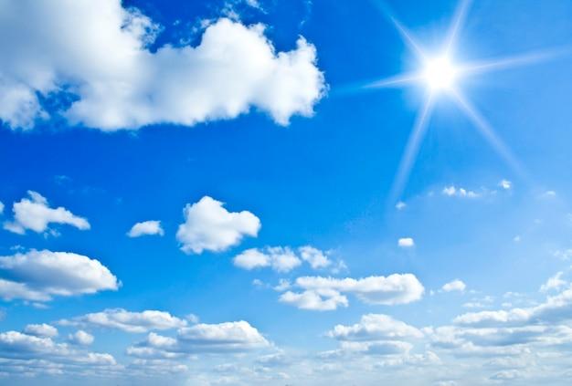 Nubes blancas sobre cielo azul