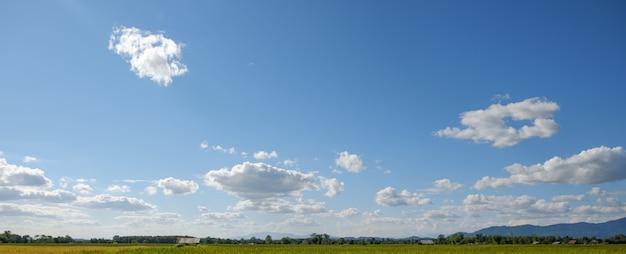 Las nubes blancas tienen una forma extraña y montañas, cielo azul