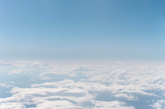 Nubes blancas vistas desde el avión