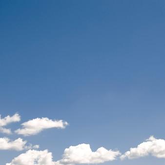 Nubes en el cielo azul claro