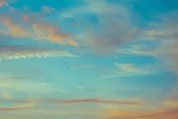 Nubes de cielo azul y naranja al atardecer o amanecer