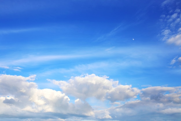 Nubes con cielo azul