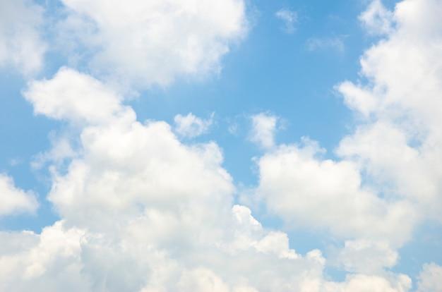 Nubes y cielo con fondo de patrón borroso