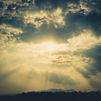Nubes cielo y sunrays con efecto vintage.