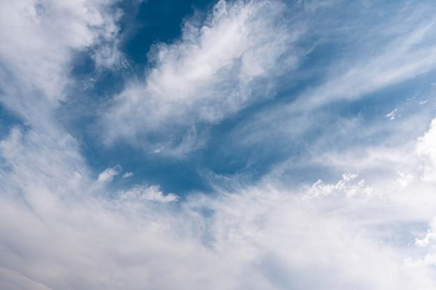 Nubes en el cielo tiro horizontal