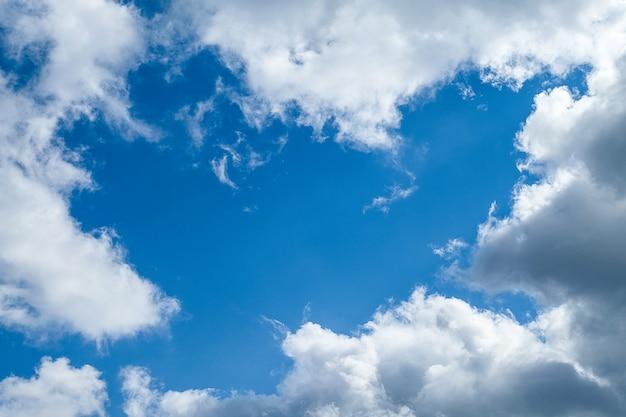 Nubes de cúmulo blancas en un idílico cielo azul libre en un día soleado de verano, primer plano.
