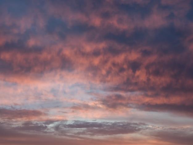 Nubes de cúmulo dramáticas rojas de la tarde en el cielo. colorido cielo nublado al atardecer. textura del cielo, fondo de naturaleza abstracta