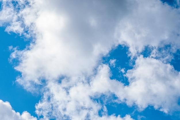 Nubes esponjosas y cielo azul con viento en día soleado