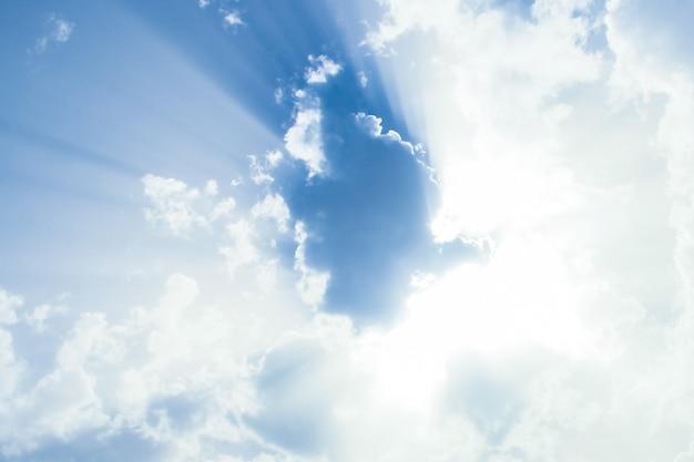 Nubes esponjosas en la tormenta del cielo. peligro antes de la lluvia.