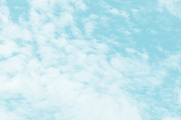 Nubes en un fondo de cielo azul