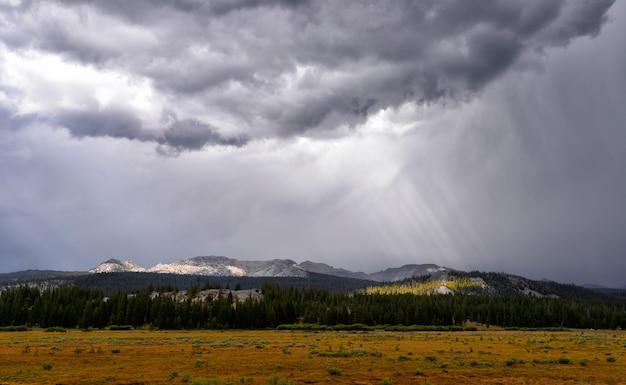 Nubes y un hermoso campo con el fondo fresco de las montañas