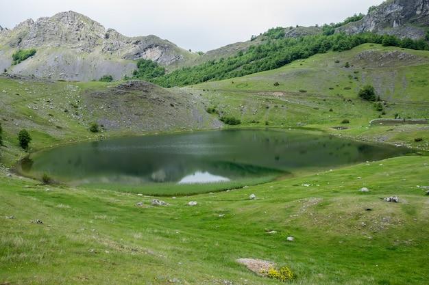 Las nubes de lluvia se acercan al lago de montaña.
