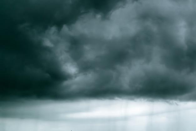 Nubes de lluvia en el cielo negro