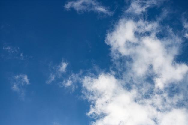 Nubes mullidas en un cielo azul ventoso